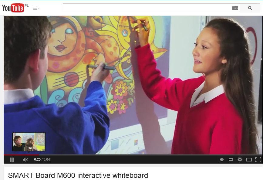 Nauczycielka i uczeń przy tablicy interaktywnej Smart