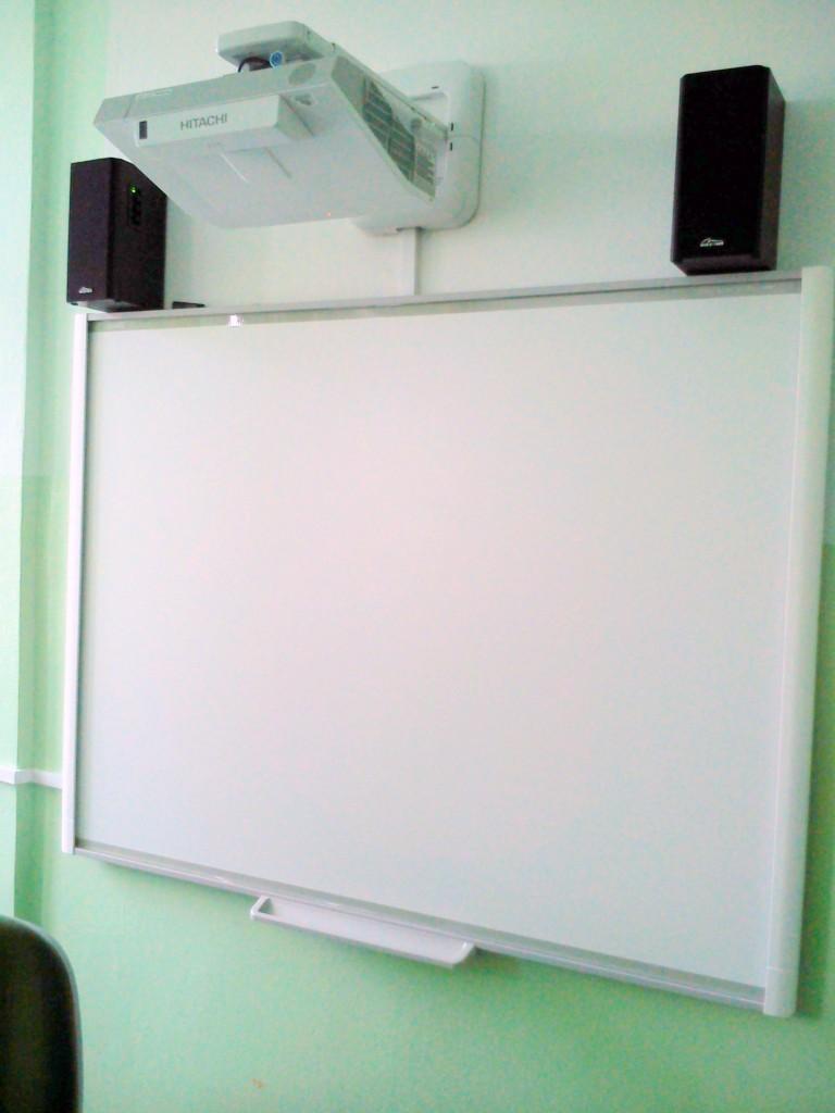 zestaw_interaktywny_tablica_interaktywna_smart_z_projektorem_hitachi